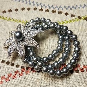 Stretchy bracelet with flower